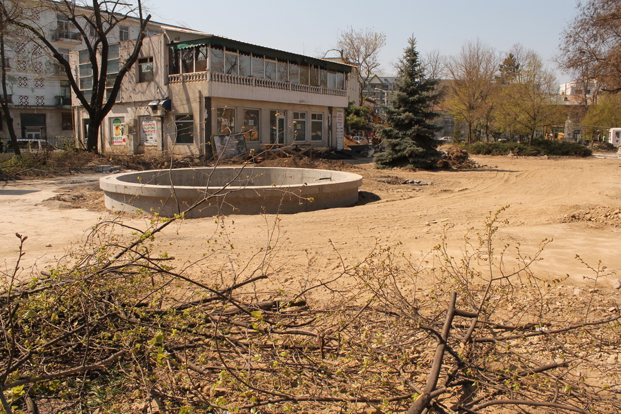 """În Parcul Eminescu de Radio Erevan se dă niște folclor """"modernizat"""", la programul """"Foaie verde de Covurlui în plus"""": """"Au înnebunit salcâmii, s-au țicnit edilii!"""""""